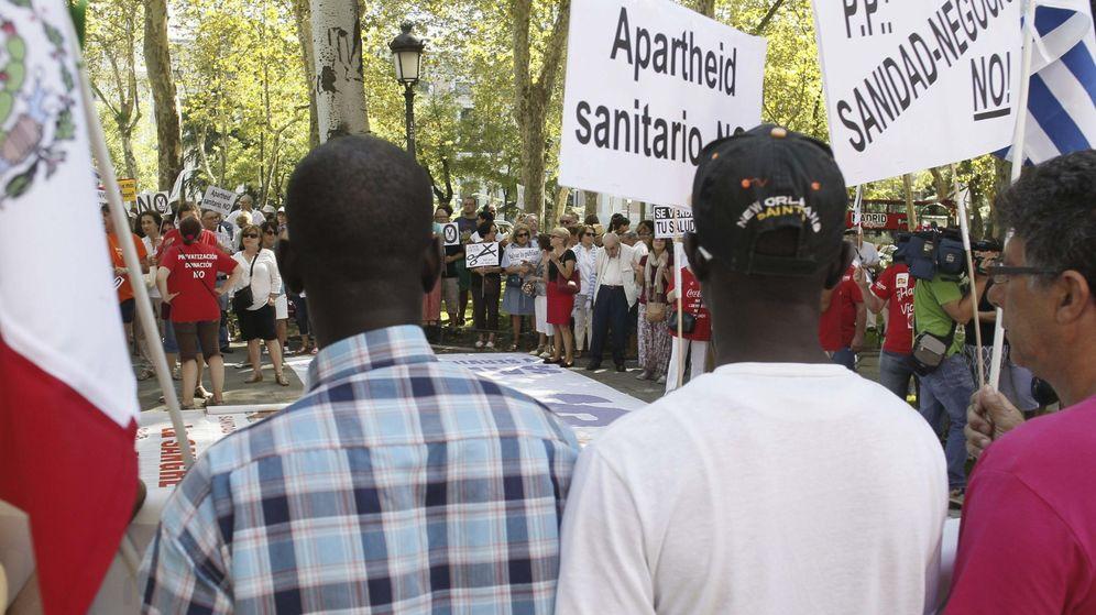 Foto: Integrantes de la Plataforma de Inmigrantes de Madrid junto a la 'marea blanca'. (Efe)