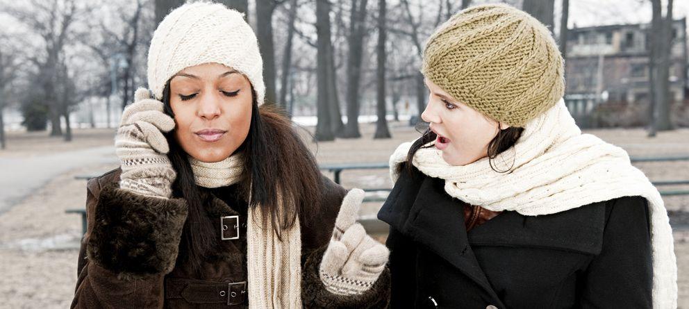 Foto: Ignorar a nuestros amigos por culpa del teléfono móvil, comer en el metro o no ceder el asiento a la gente mayor, son algunas de los malos modales del siglo XXI. (iStock)