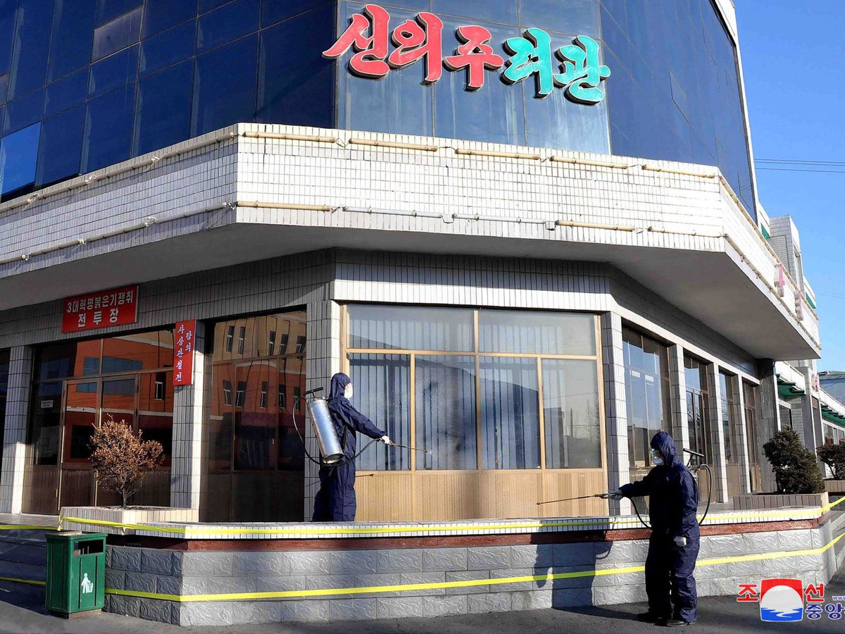 Foto: Las autoridades norcoreanas han publicado algunas imágenes en las que se ve a operarios desinfectando lugares públicos de Pyongyang