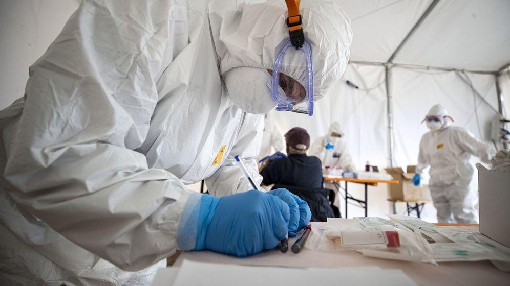 Foto: Un trabajador médico practica tests en Italia. (EFE)