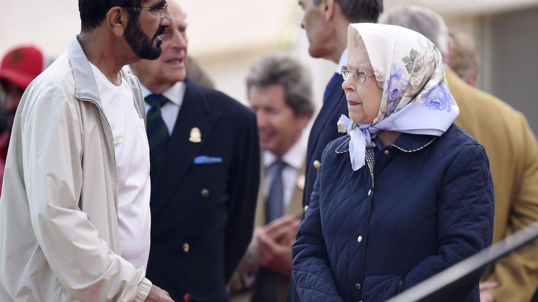 La reina Isabel II con el emir de Dubái durante el Windsor Royal Horse Show de 2016. (EFE)