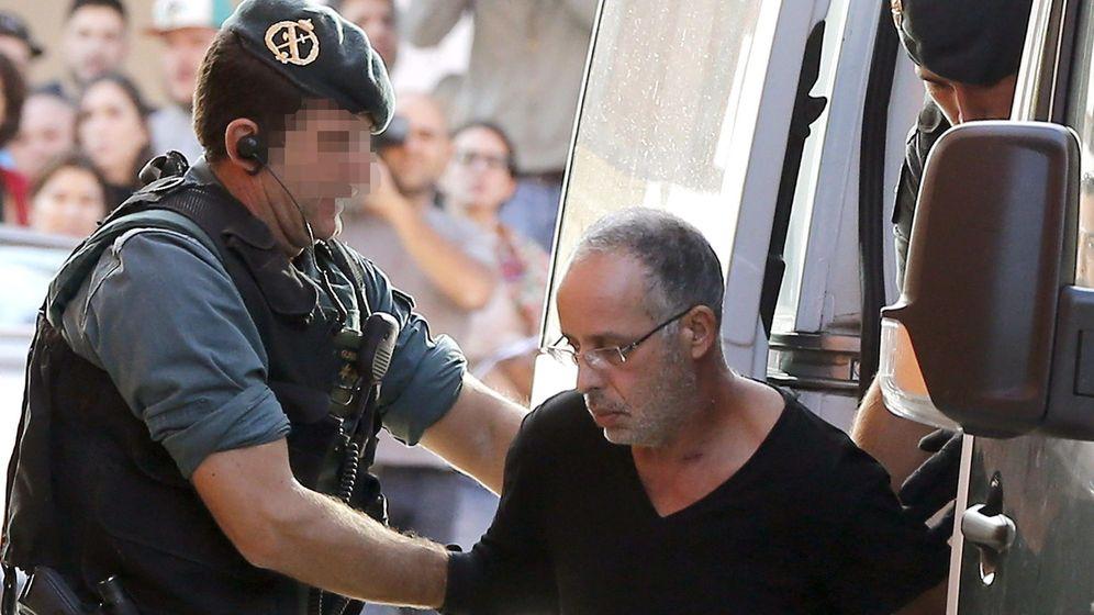 Foto: El presunto autor del asesinato de Eva Blanco es trasladado por un agente de la Guardia Civil. (EFE)