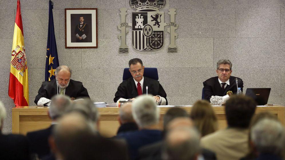 Foto: El presidente del tribunal, Ángel Hurtado (c), junto a los magistrados José Ricardo de Prada (d) y Julio de Diego (i). (EFE)