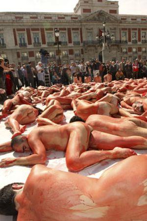 Más de cien activistas protestan desnudos contra la matanza de focas