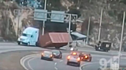 Sobrevive de milagro tras caer encima de su coche un contenedor de un camión