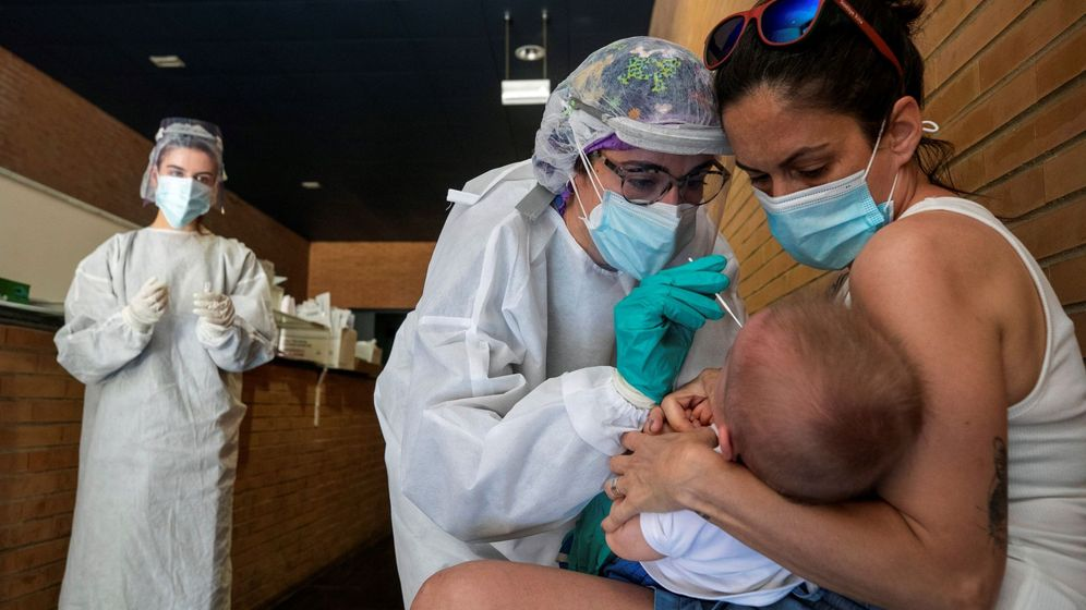 Foto: Una sanitaria realiza un test PCR a un niño en un espacio habilitado fuera de un Centro de Salud de la ciudad de Zaragoza. (EFE)