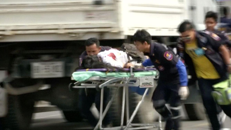 Foto: Personal sanitario socorre a las víctimas de un atentado en Hua Hin, al sur de Bangkok, el 12 de agosto de 2016 (Reuters).