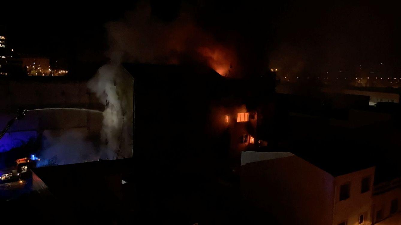 Una vela en el primer piso, posible origen del fuego en Badalona, según relata un testigo
