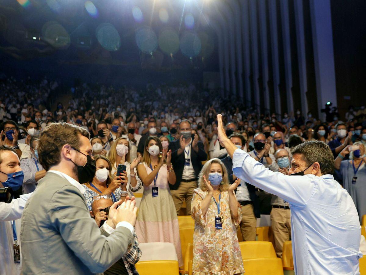 Foto: García Egea y Pablo Casado aplauden a Carlos Mazón. (EFE)