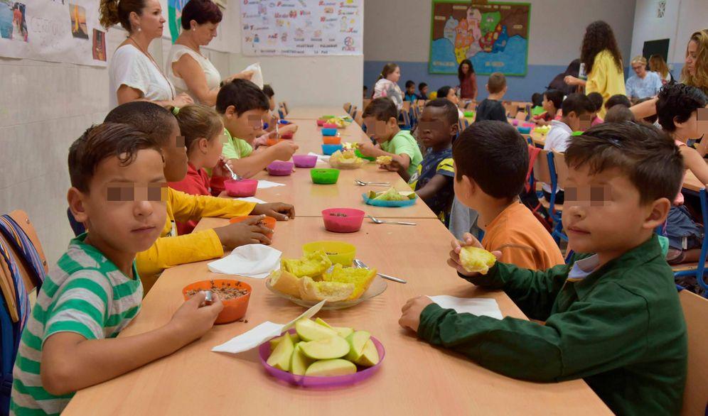 Foto: Niños del colegio Doctor Gálvez Moll de Málaga, en el desayuno. (Toñi Guerrero)