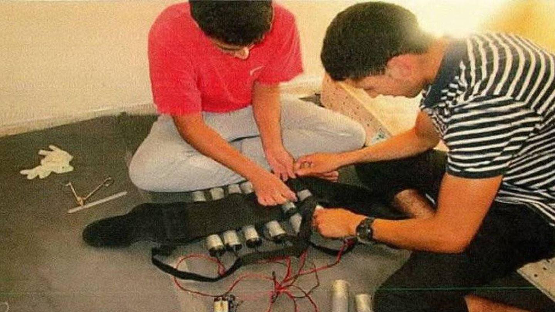 Youssef Aalla y Younes Abouyaaqoub colocan los cilindros explosivos en un chaleco bomba.