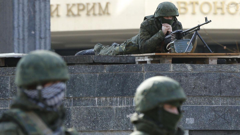 Hombres armados rodean el Parlamento de Crimea en Simferópol (Reuters).