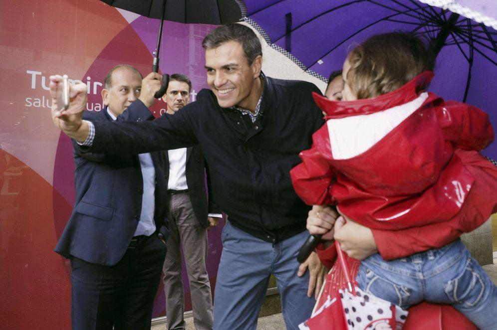 Foto: Pedro Sánchez, acompañado por el candidato socialista a la Xunta, Xoaquín Fernández Leiceaga, este 13 de septiembre en Lugo. (EFE)