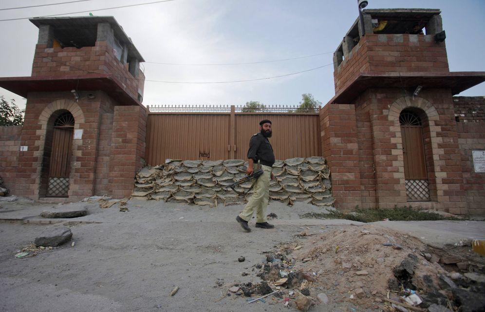 Foto: Un agente de la policía paquistaní, ante la prisión de Peshawar donde permanece encerrado el doctor Shakil Afridi. (Reuters)