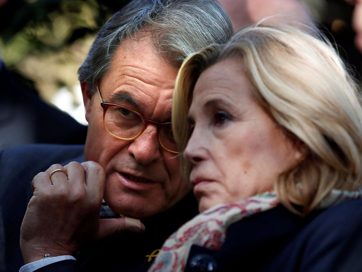 Foto: La exvicepresidenta de la Generalitat Joana Ortega, con el expresidente Artur Mas. (EFE)