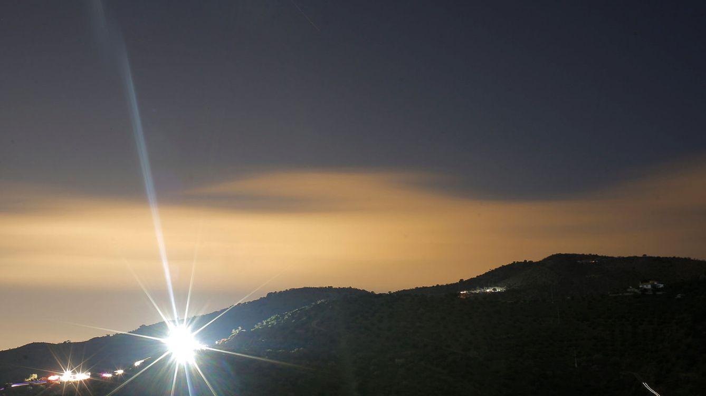 Foto: Un rayo de luz en la zona del Cerro de la Corona, donde se efectúan las labores de rescate de Julen. (Reuters)