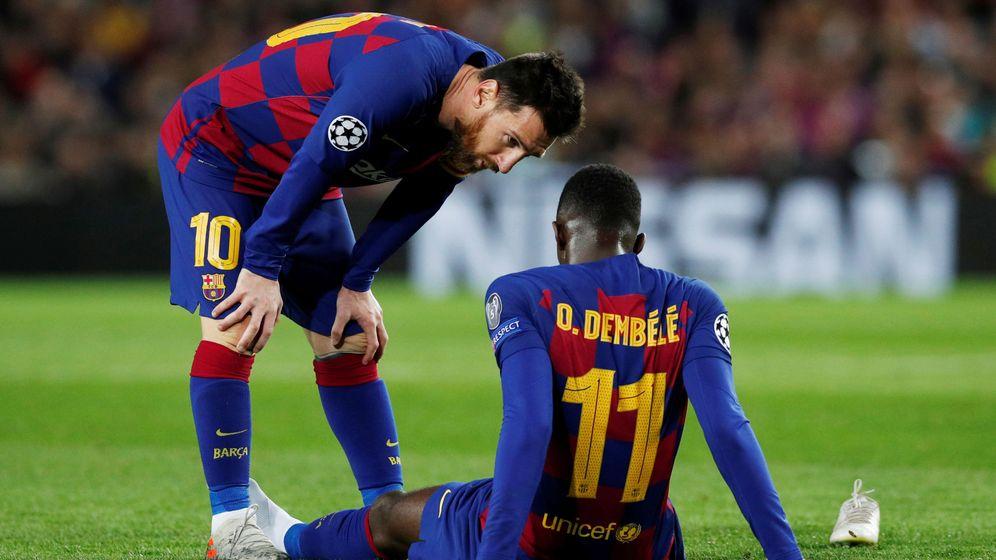 Foto: Leo Messi se acerca a Dembélé para interesarse por su estado. (Reuters)