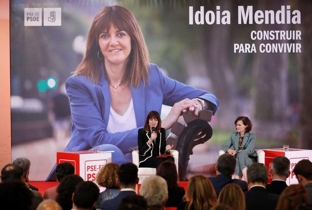 Foto: Idoia Mendia, secretaria general del PSE, en la presentación de su libro en Madrid, con la vicepresidenta primera, Carmen Calvo, este 10 de febrero. (EFE)