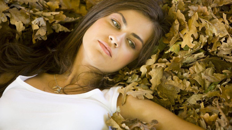 Foto: 'Jo, qué bajón. Las hojas se caen, ya no puedo llevar shorts y hace mogollón de frío'. ¡Anímate, mujer! (iStock)