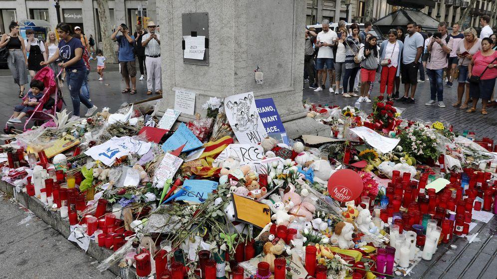 Foto: Memorial a las víctimas del atentado terrorista, en el comienzo de Las Ramblas de Barcelona. (EFE)