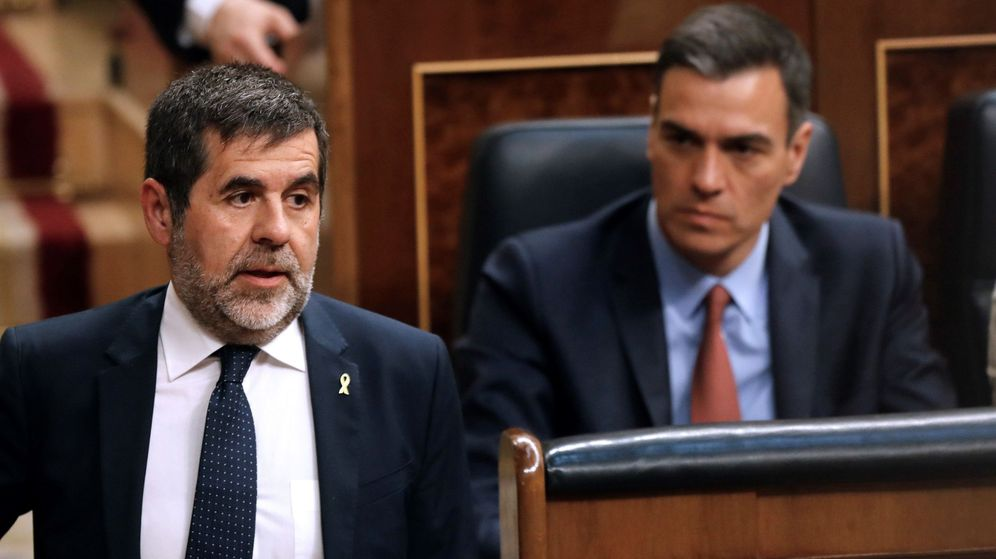 Foto: El presidente del Gobierno en funciones, Pedro Sánchez (d), y el diputado electo en prisión preventiva de JuntsxCat Jordi Sánchez. (EFE)