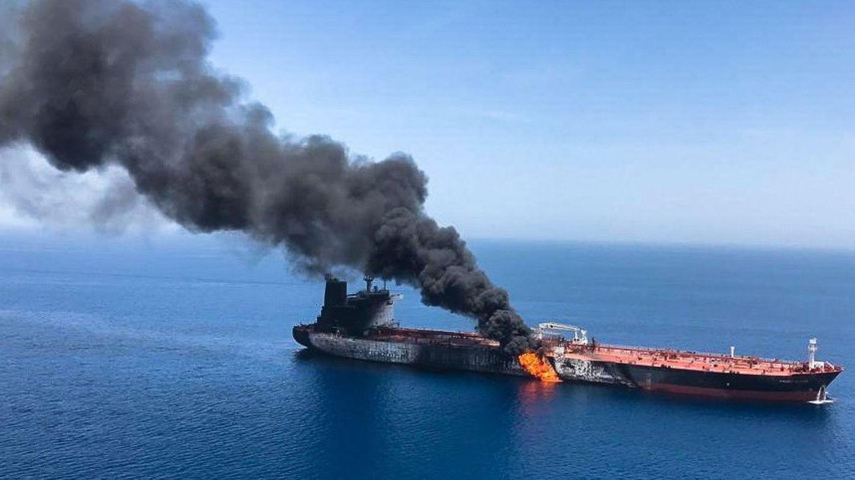 El buque petrolero noruego Front Altair en llamas, este jueves en el golfo de Omán (Omán).  (EFE)