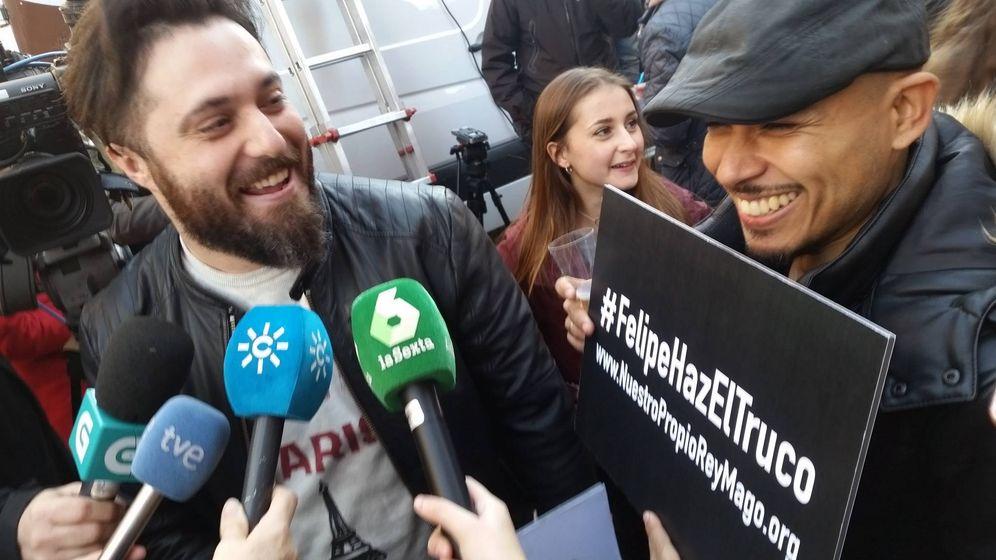 Foto: Dos de los cuatro jóvenes que se hicieron pasar por premiados (FOTO: Ana Gómez).