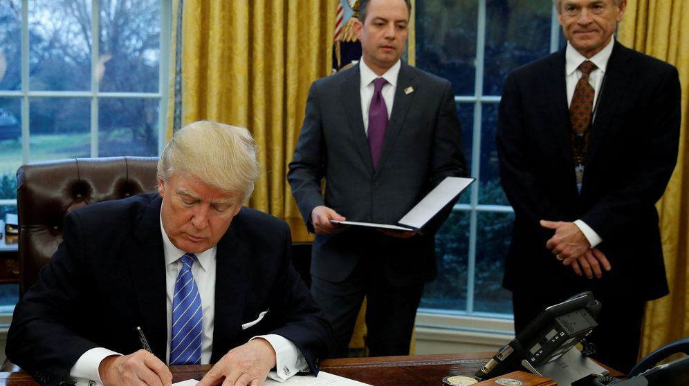 Foto: Donald Trump en el despacho oval con Peter Navarro (derecha). (Reuters)