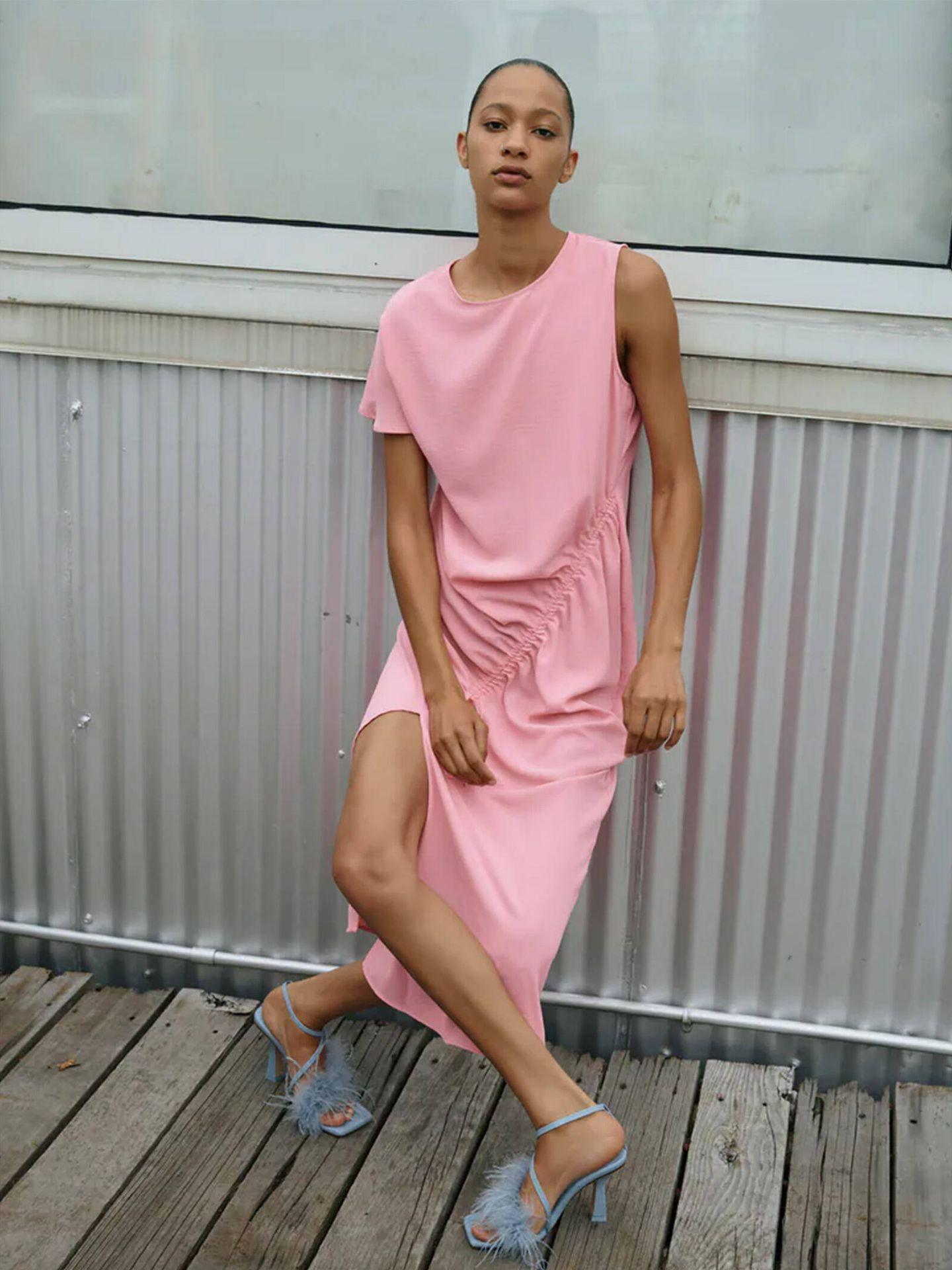 Vestido satinado rosa de las novedades de Zara. (Cortesía)