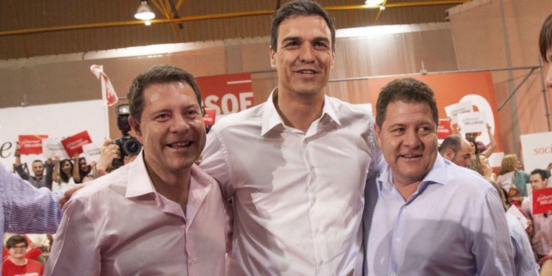 Foto: Emiliano García Paje (izquierda) y su hermano gemelo, Javier, abrazan a Pedro Sánchez (Efe)