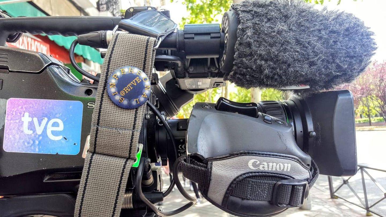 Una cámara de RTVE, con la chapa de 'RTVE Sin Personal'. (#LosMiércolesLoPeto)