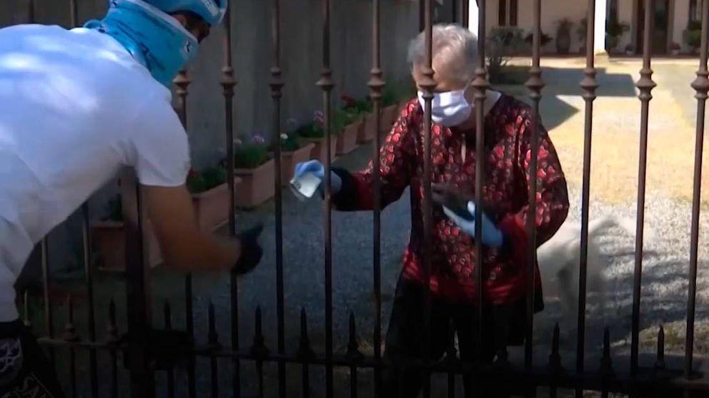 El ciclista Davide Martinelli lleva medicinas a sus vecinos en bici durante la cuarentena