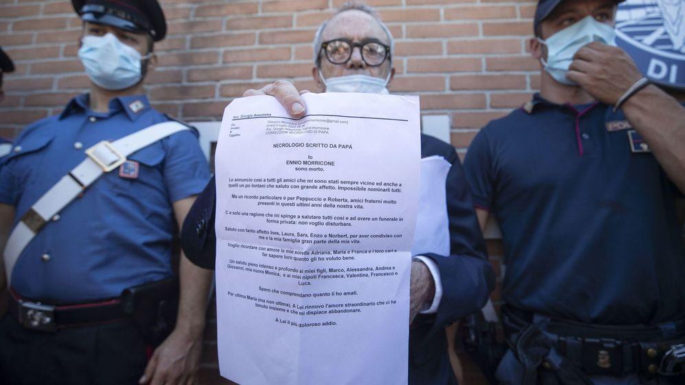 Foto: El abogado Giorgio Assumma muestra la carta de despedida del compositor italiano (EFE)