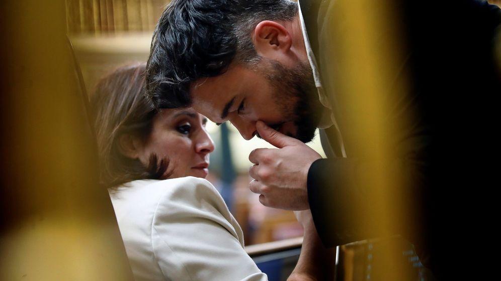 Foto: Gabriel Rufián, portavoz de ERC en el Congreso, habla con Adriana Lastra, su homóloga del PSOE, el pasado 4 de enero. (EFE)