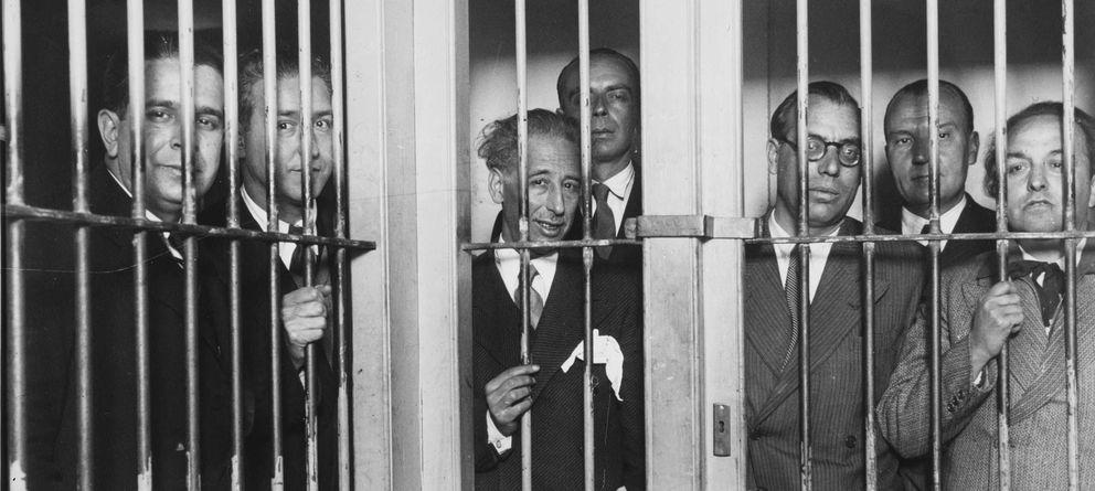 Foto: Una de las fotografías incluidas en el libro: el Gobierno de Cataluña, con Lluís Companys en el centro, en la cárcel.