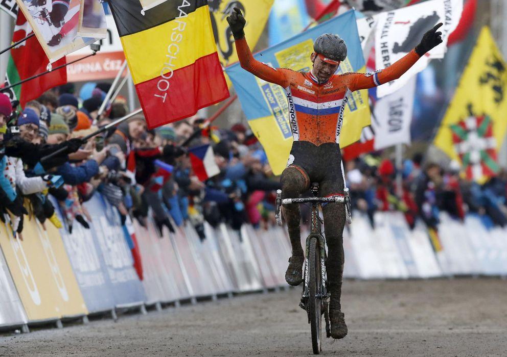 Foto: Mathieu Van der Poel, este domingo en Tabor proclamándose Campeón del Mundo de Ciclocross (EFE)