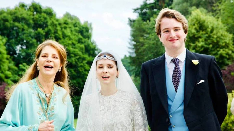 Noor de Jordania, con los recién casados. (Arabian Royal Agency)