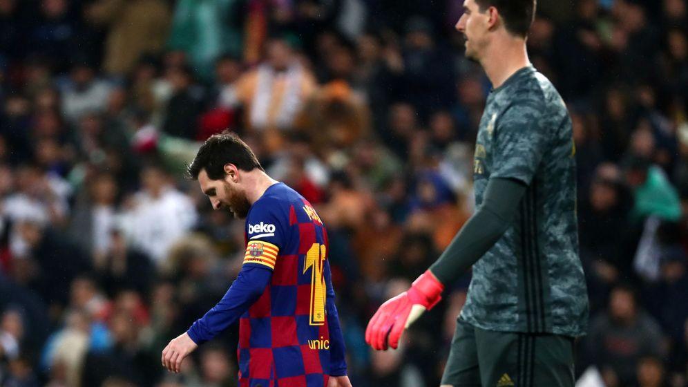 Foto: Messi, junto a Courtois, en el último Clásico del Bernabéu. (EFE)