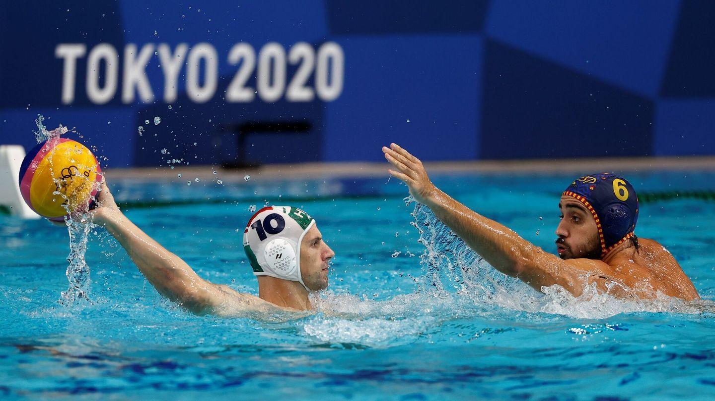 Marc Larumbe y Denes Varga, en acción. (EFE)