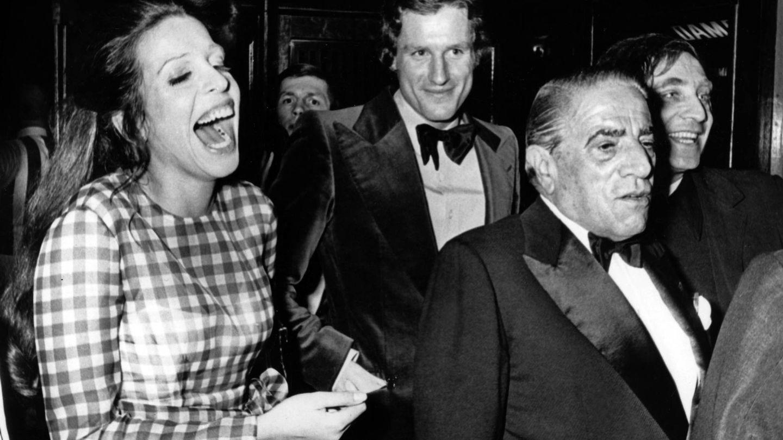 Christina y su padre, en el Crazy Horse de París en 1972. (Cordon Press)