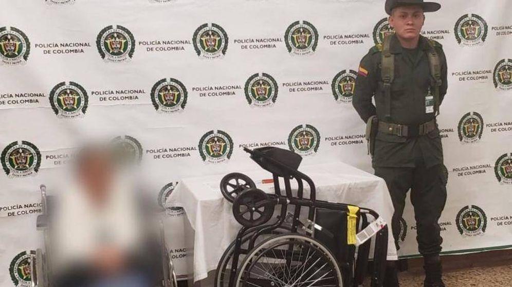 Foto: La mujer detenida junto a la silla de ruedas requisada. (Policía de Antioquia)