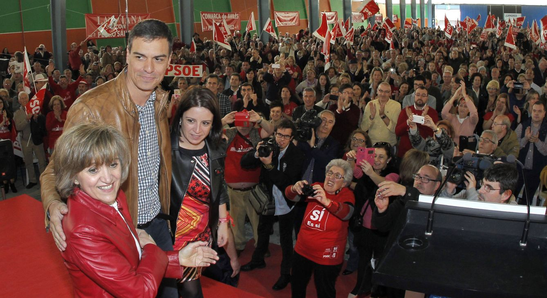 Foto: Pedro Sánchez, con la senadora Luisa Carcedo y la diputada Adriana Lastra, este 2 de abril en el pabellón de las Naciones de la Feria de Muestras de Gijón. (EFE)