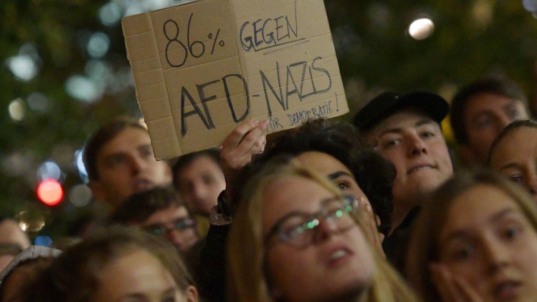 Protesta contra AfD ante el edificio donde se congregó el partido tras las elecciones. (Reuters)