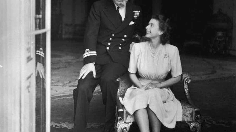 La entonces princesa Isabel y Felipe Mountbatten, el día que se dio a conocer su compromiso. (Getty)