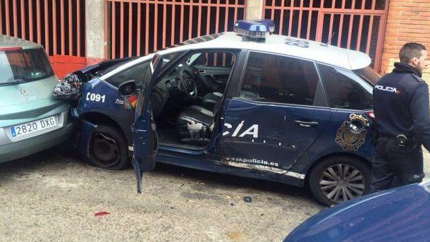 Foto: Así quedó el coche patrulla robado por el atracador y empotrado contra otros dos vehículos policiales. (EC)