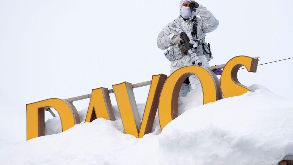 Foto: Un guarda en la víspera de la 49ª reunión anual del Foro Económico Mundial en Davos, Suiza. (EFE)