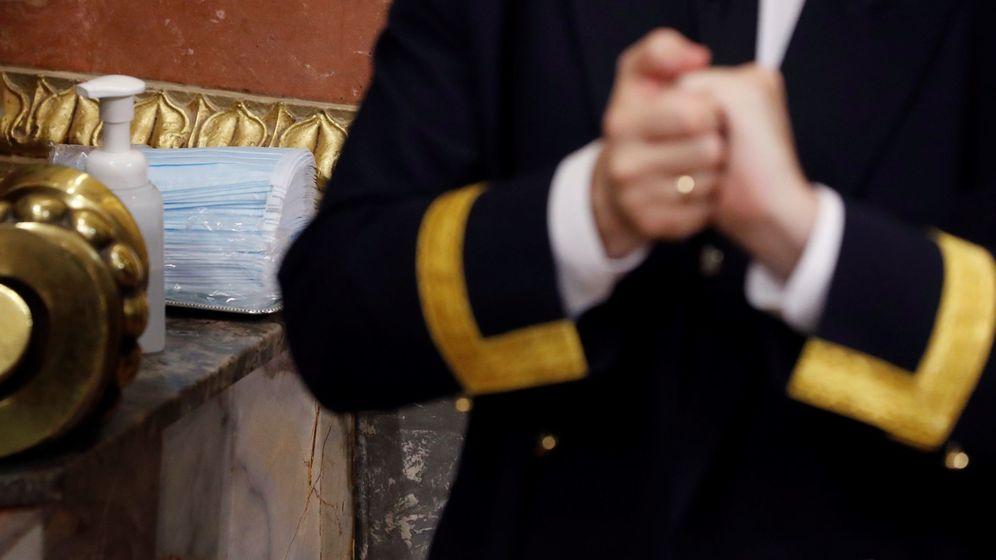 Foto: Mascarillas y gel alcohólico en los accesos del hemiciclo del Congreso, el pasado 15 de abril. (EFE)