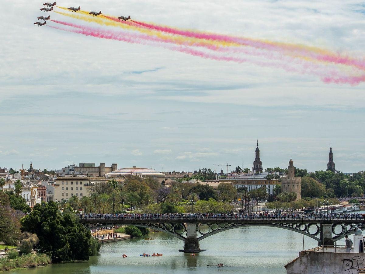 Foto: Patrulla Águila pinta la bandera española en el cielo de Sevilla por la feria. (EFE)