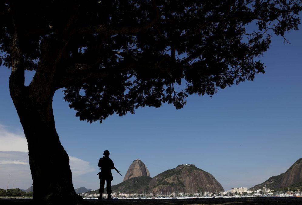 Foto: Un marine brasileño patrulla el barrio de Botafogo, en Río de Janeiro. (Reuters)