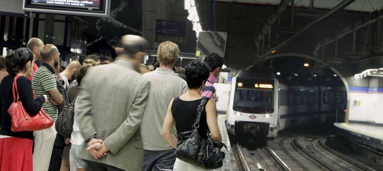 Foto: Viajeros esperan a coger el metro en hora punta. (Efe)